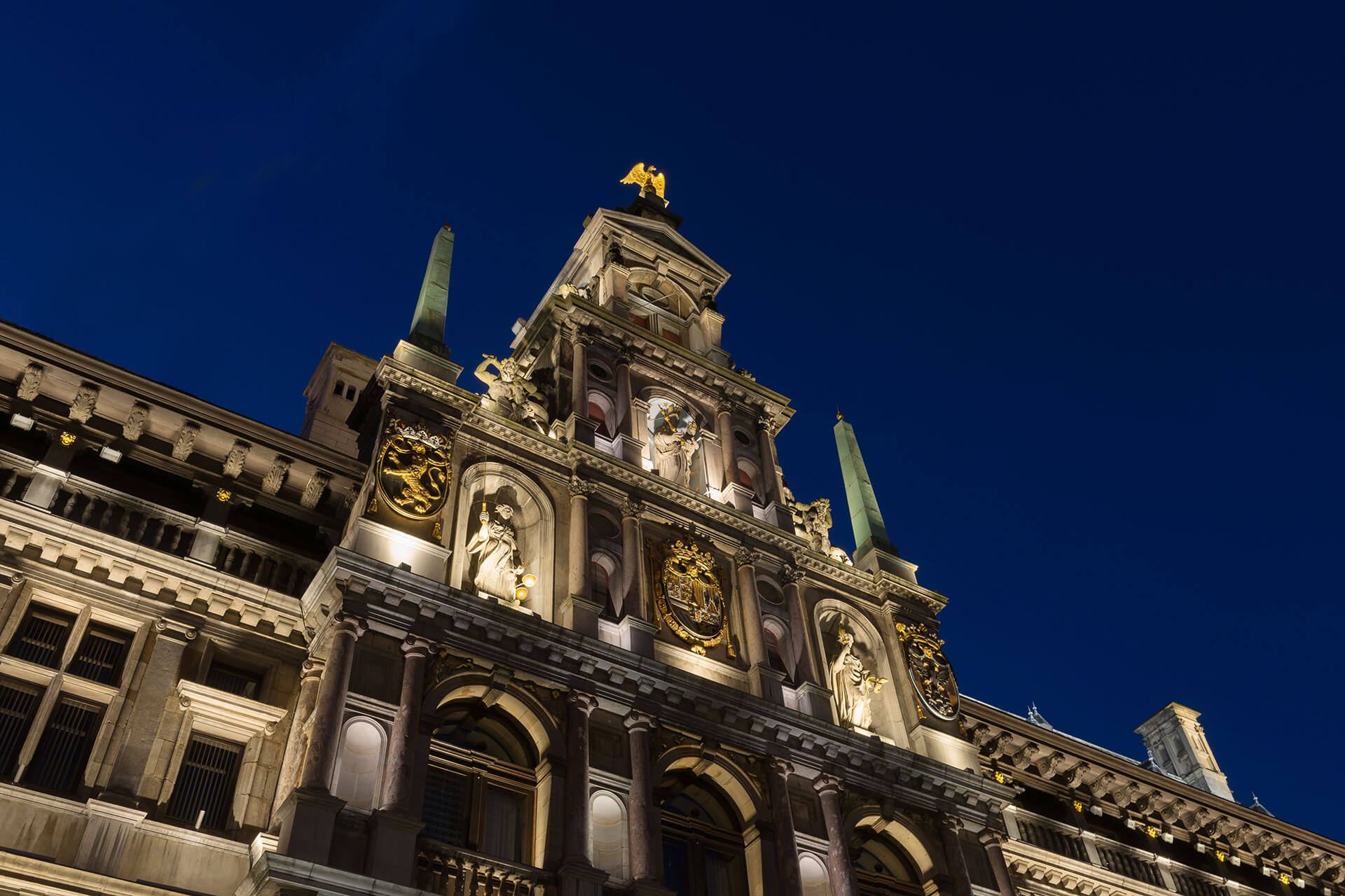The magnificent architectural details of the Gothic facades on Grote Markt are brought to life at night thanks to Schréder floodlights