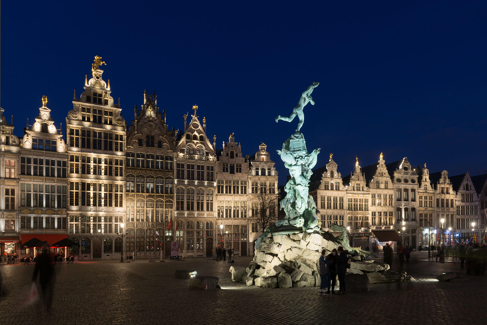 Schréder floodlights create a welcoming nocturnal ambiance for Grote Markt in Antwerp